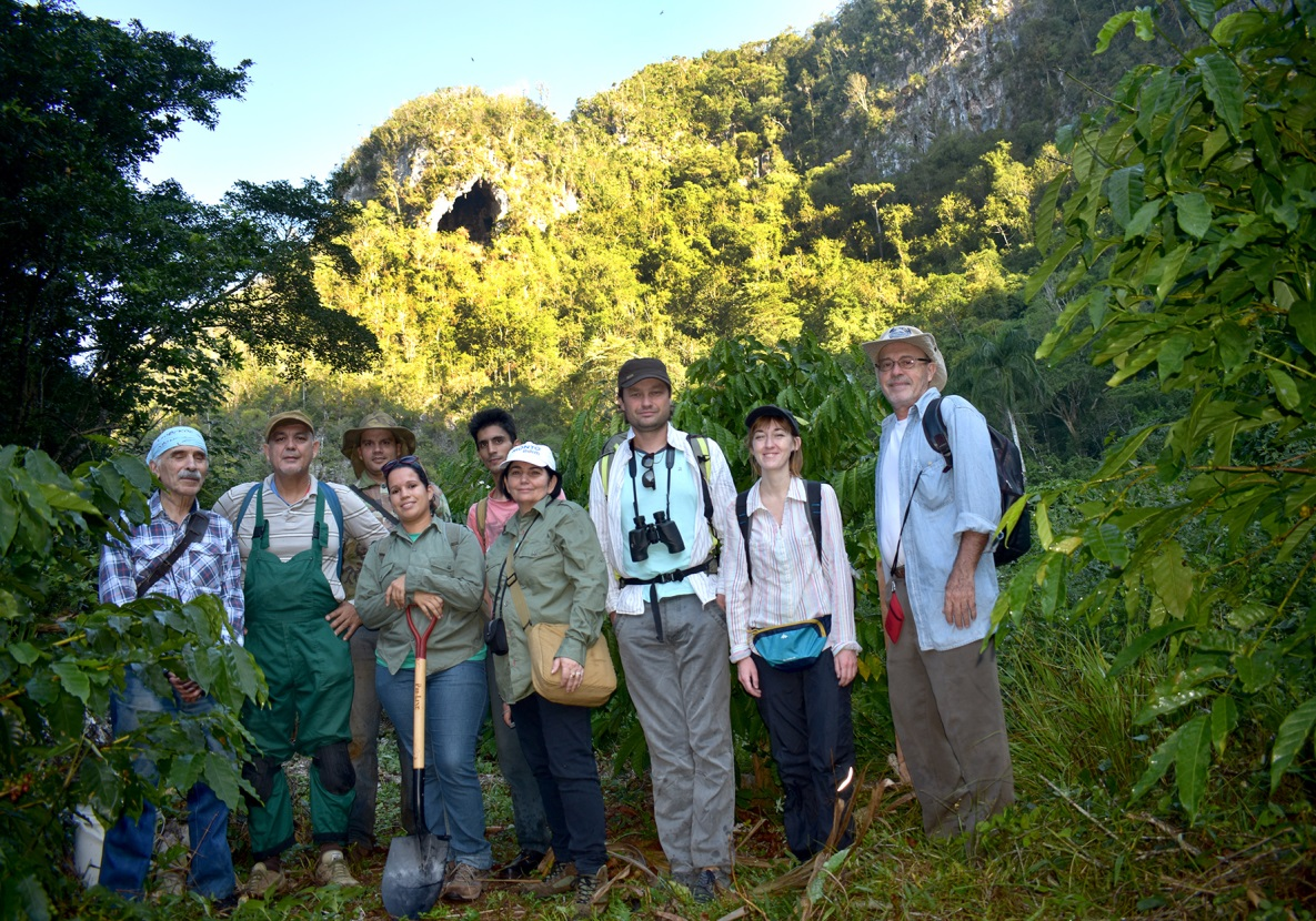Участники Совместной российско-кубинской палеонтологической экспедиции, 2019 год (на заднем плане виден вход в пещеру Эль-Аброн). Фото Э. Аранда.